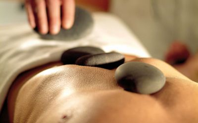 frau-hot-stone-massage