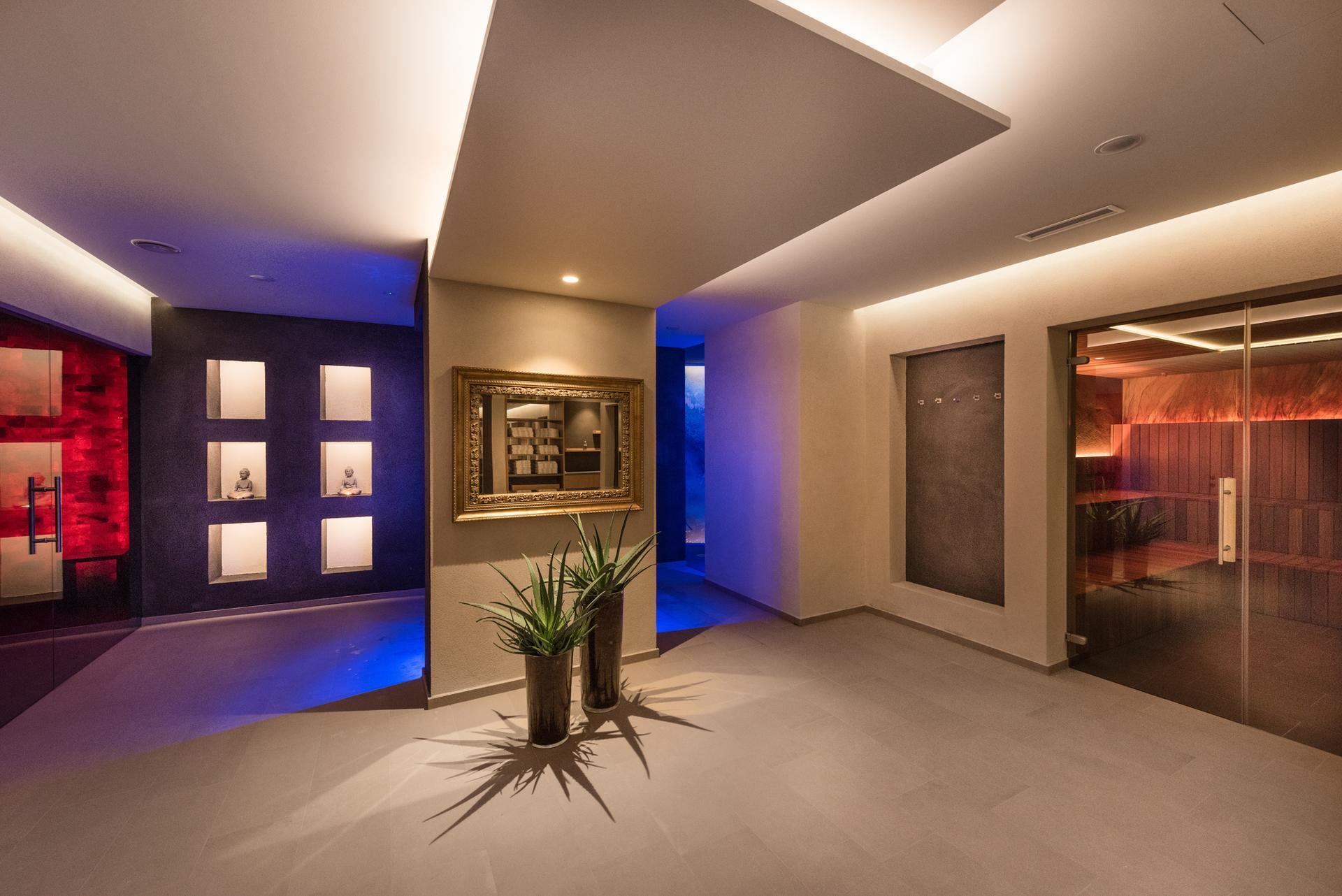 Sauna pool bei meran 4 sterne hotel fayn algund for Design wellnesshotel nrw